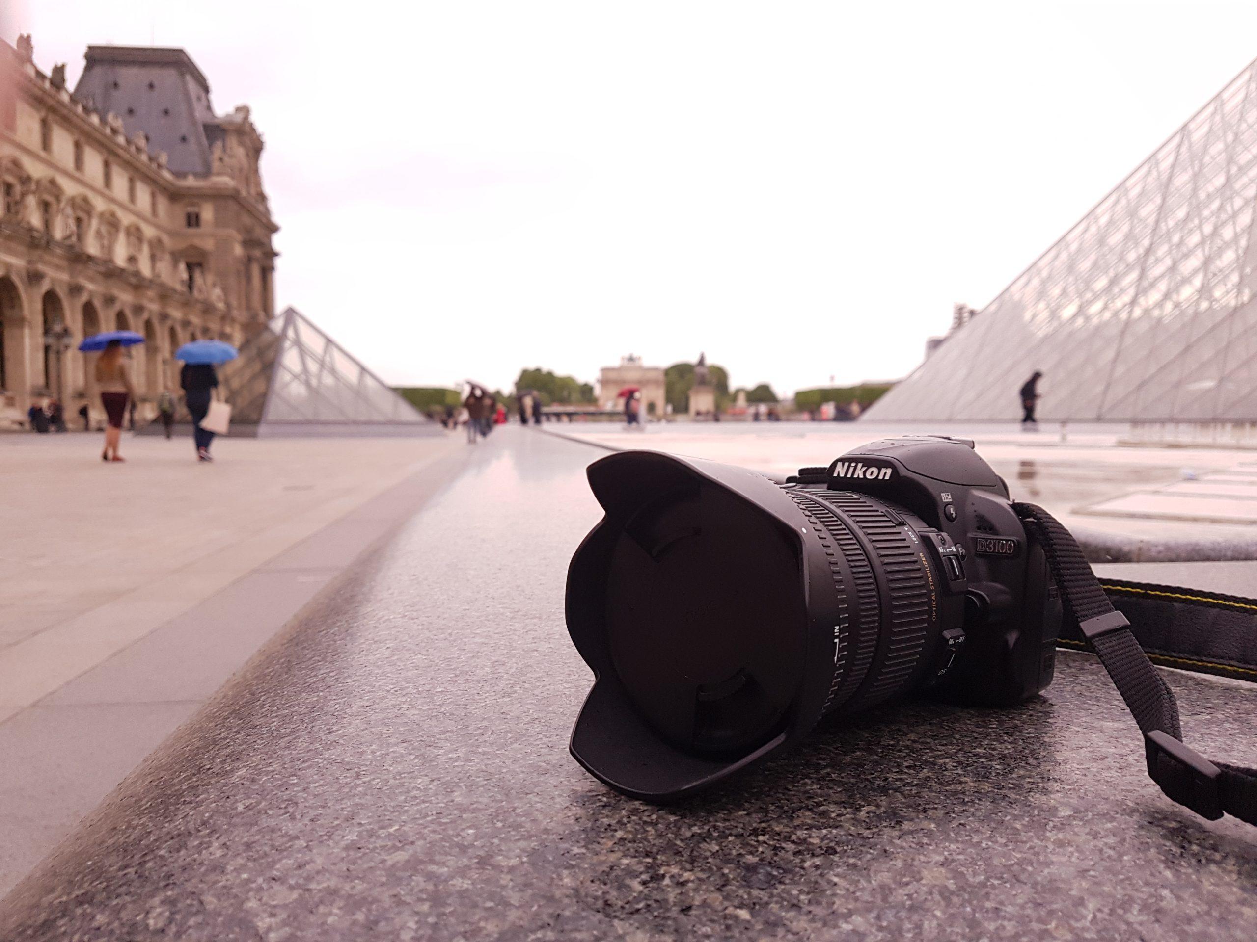 image de reflex à paris devant la pyramide du Louvres