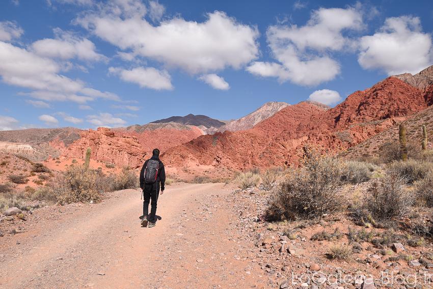 marche sur la route à la sortie du village d'Uquia