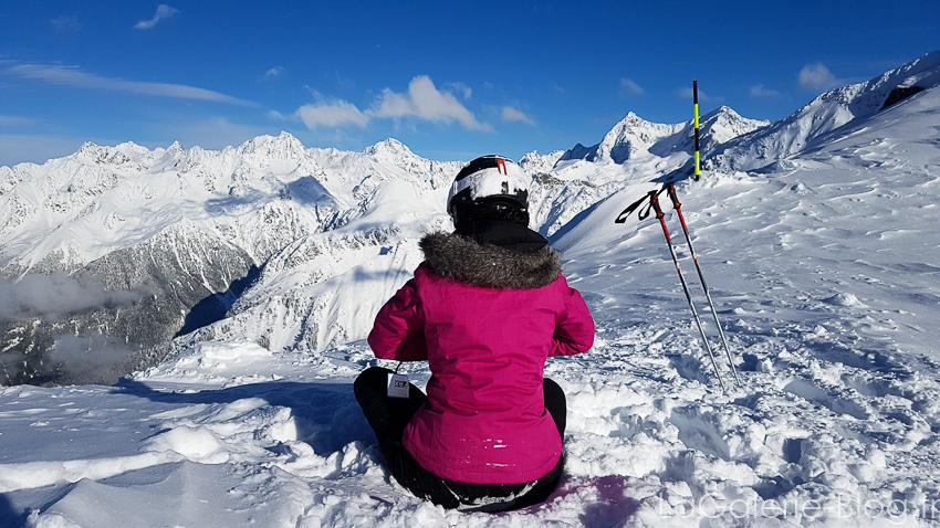skieuse assise dans la neige