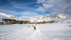 enfants faisant des activités sur le lac