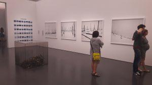 visteur à l'exposition sublime