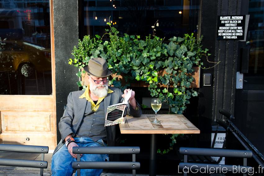 un homme à la terrasse d'un café