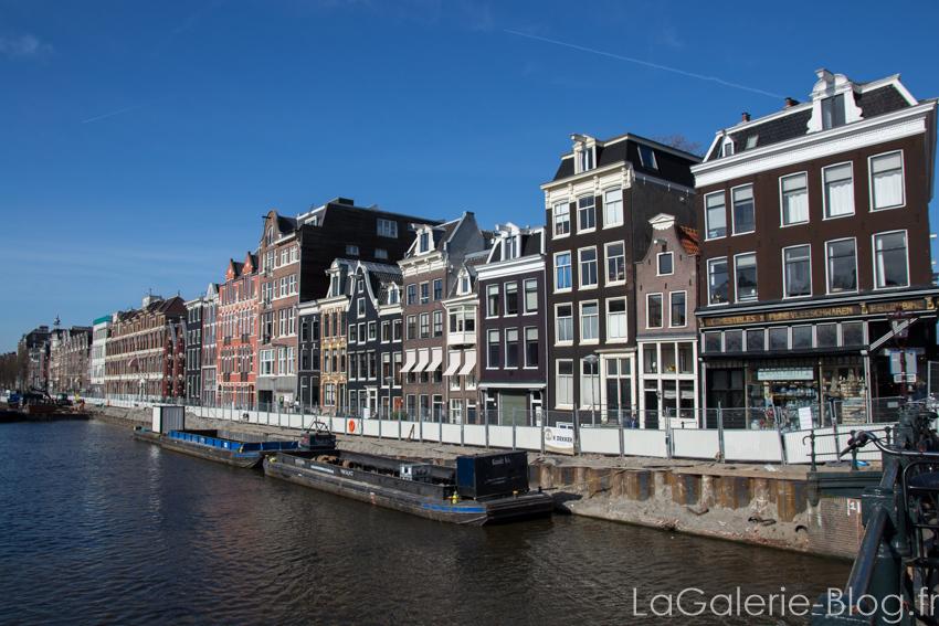 vue sur un canal avec bateaux - amsterdam