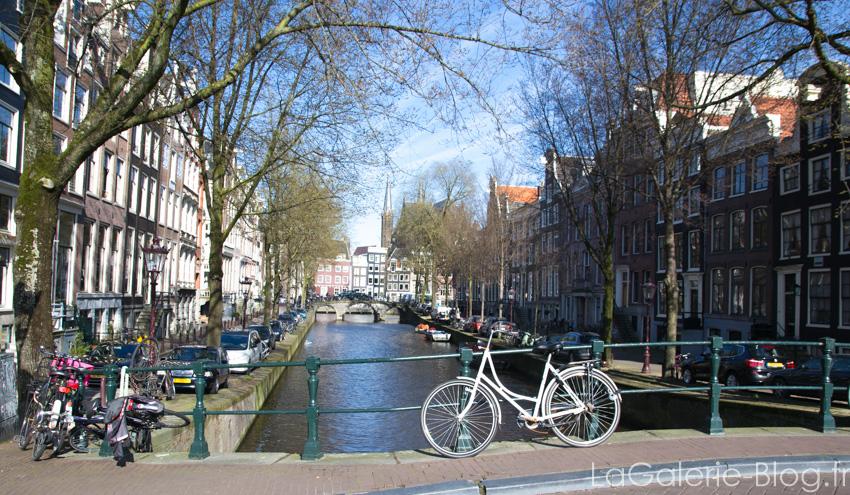 velo devant un canal à amsterdam