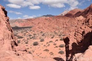 Marche dans le desert à la sortie du village d'Uquia