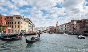 Gondole sur le grand canal a venise