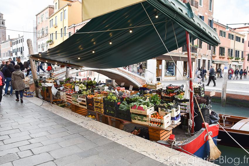 marché flotant à Venise