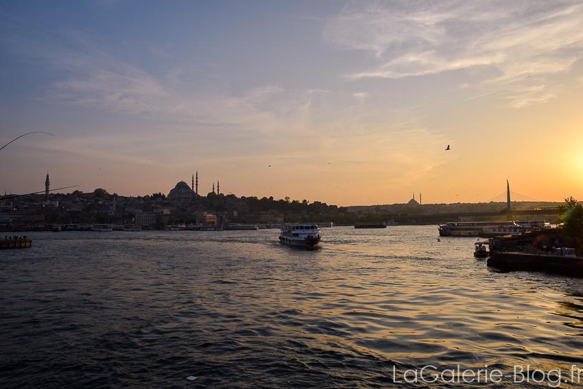 bateau sur le bosphore au coucher du soelil a Istanbul - turquie