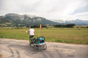 cycliste avec remorque devant les paysages du vercors